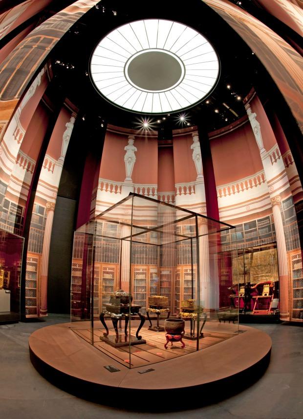 Esta fotografía muestra el realismo de la evocación de la rotonda del Museo Guimet. Escenografía del Taller de Pascal Payeur, Paris / Foto : MEG, V. Tille