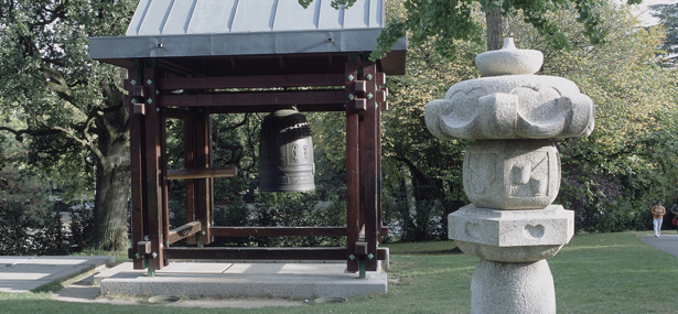 Réplica de la campana de Shinagawa en el parque del Museo Ariana de Ginebra.