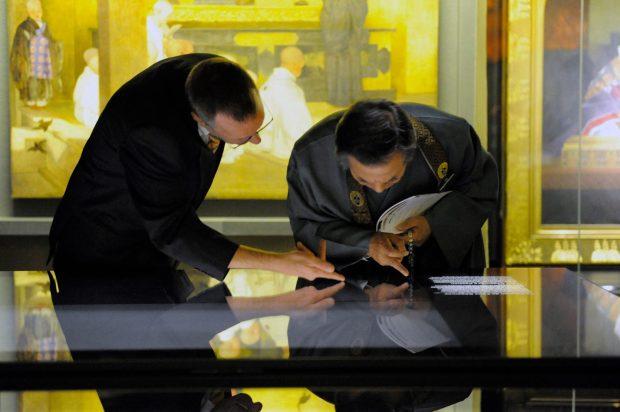 El Comisario de la exposición Jérôme Ducor (izquierda) con el Rev. Waji, administrador del Hongwanji, observando la vitrina de los libros.