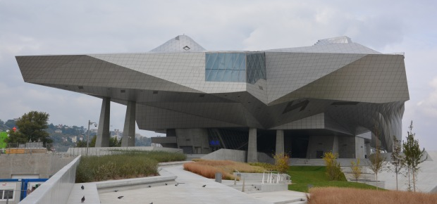 Musée des confluences. Proyecto de la agencia austriaca Coop-himmelb(l)au. Hace referencia a las nubes y al cristal, a lo mineral y a lo etéreo.