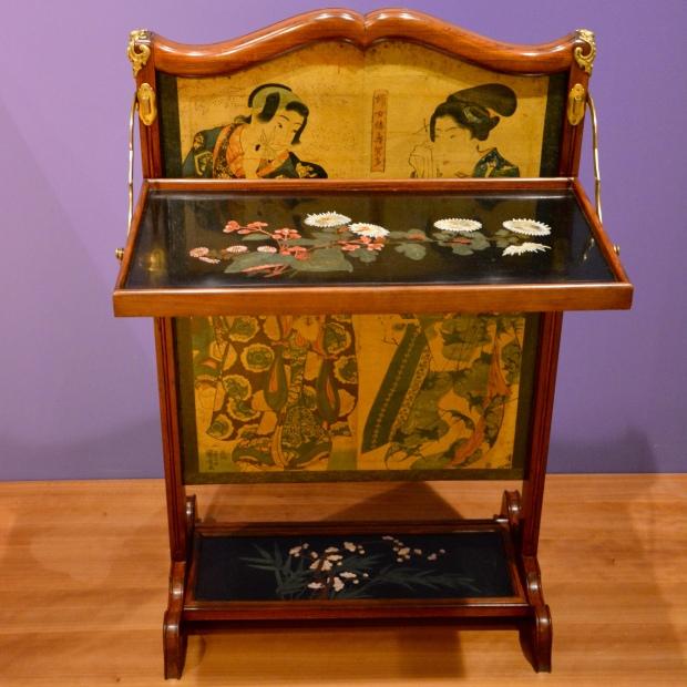 """Pantalla de chimenea producida por """"L'escalier de cristal"""", París. Circa 1885. Notable por las estampas japonesas de su panel deslizante."""